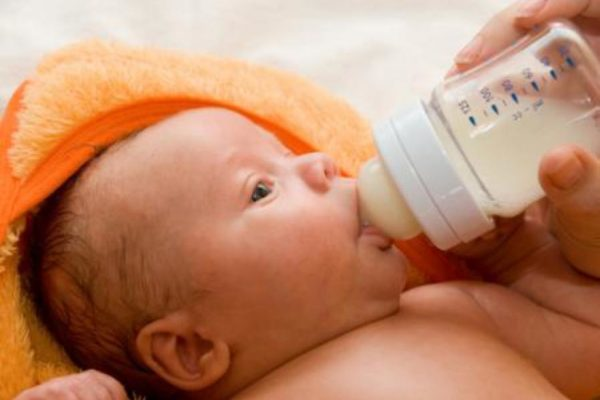 Quanto latte in formula dare al neonato?
