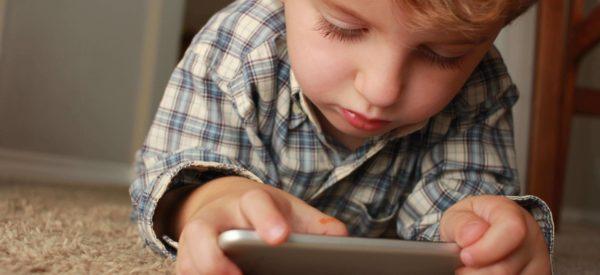 Bambini, smartphone e tablet: come affrontare il problema?